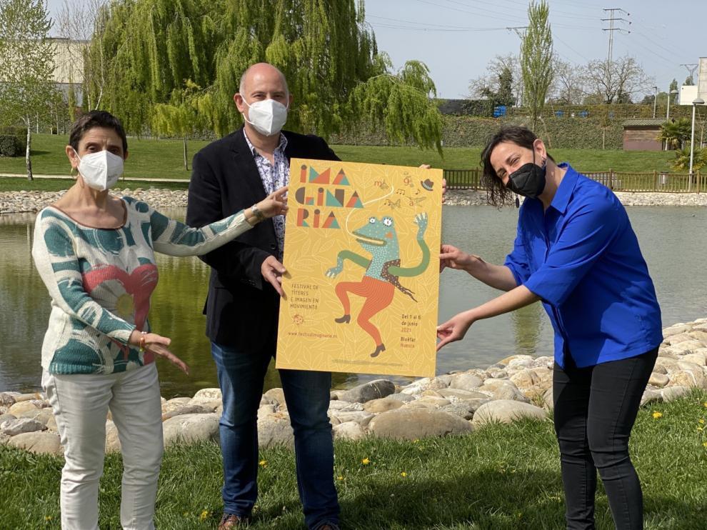 El concejal de Cultura, Juan Carlos García, con las titiriteras de Binéfar Pilar Amorós y Eva Paricio, directoras artísticas del festival.