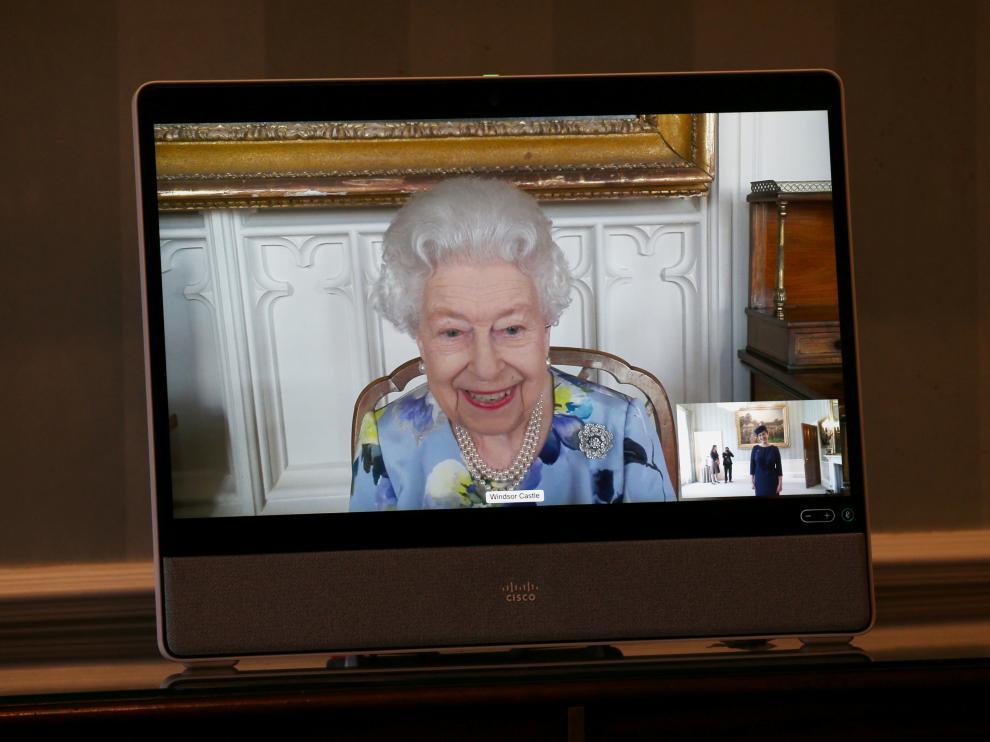 Isabel II, en una audiencia virtual desde Windsor con la embajadora de Letonia, Ivita Burmistre.