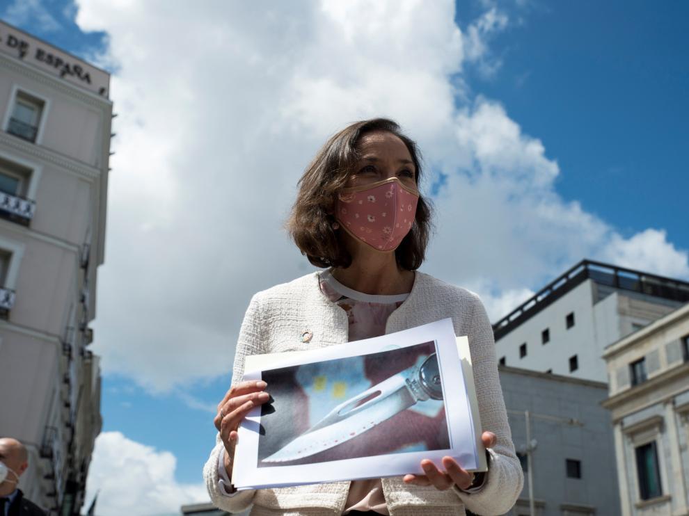 La ministra de Industria y Comercio, Reyes Maroto, muestra una fotografía de la navaja ensangrentada