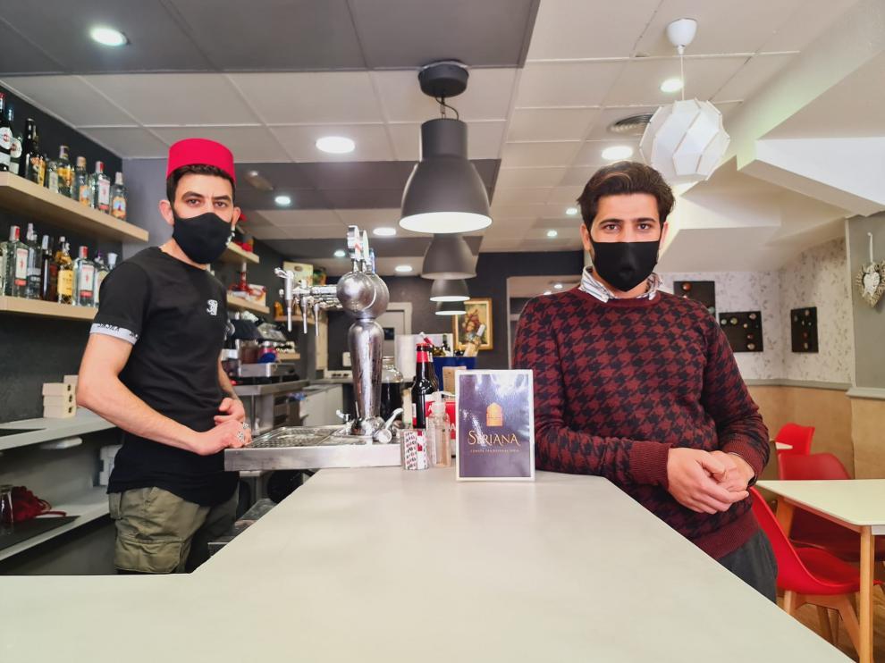 Lian Alahmad y Yousef Shahibar en el Syriana, un nuevo bar de Zaragoza.