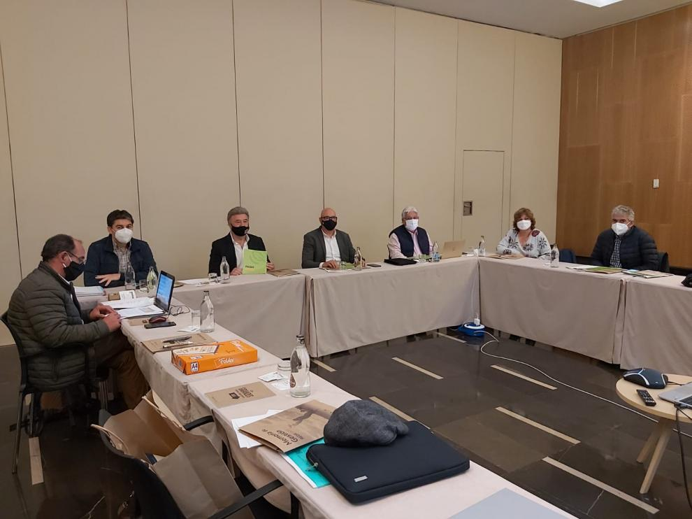 El presidente de la Red Española de Desarrollo Rural y el presidente de la red aragonesa con representantes de otras comunidades en una reunión en Zaragoza.