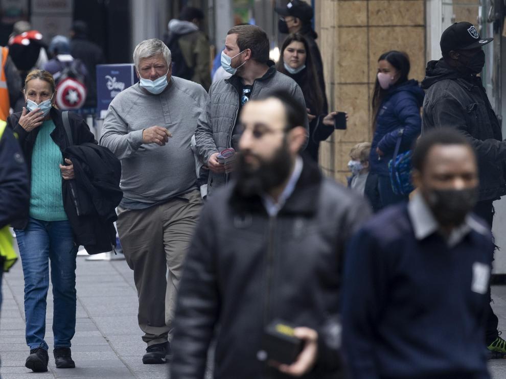 Varias personas caminan por una calle de Nueva York.