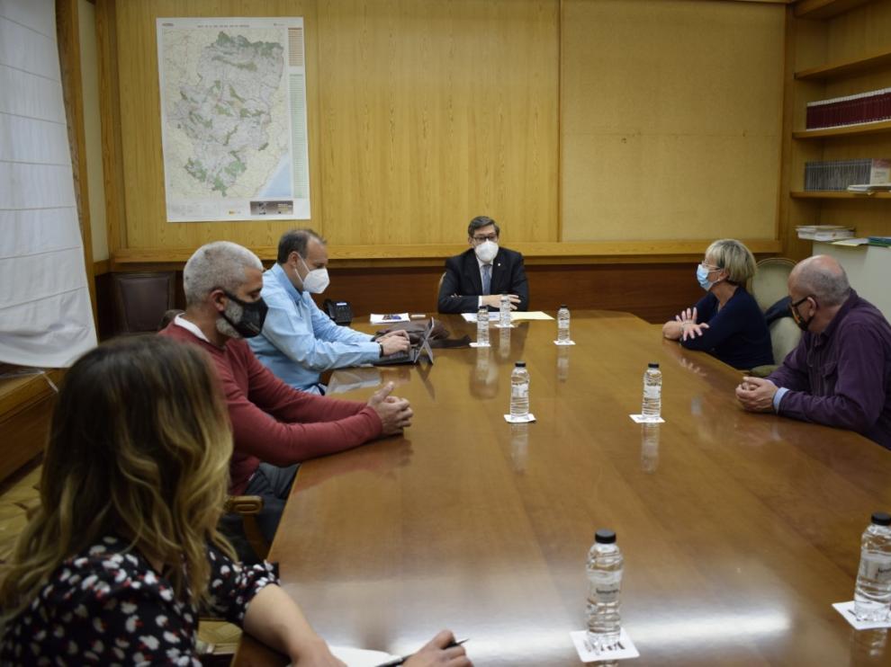 Reunión que ha mantenido el comité de empresa de Ferroatlántica con el vicepresidente aragonés Arturo Aliaga para pedirle que intermedie en el ERE que ha planteado la empresa para reducir su afección