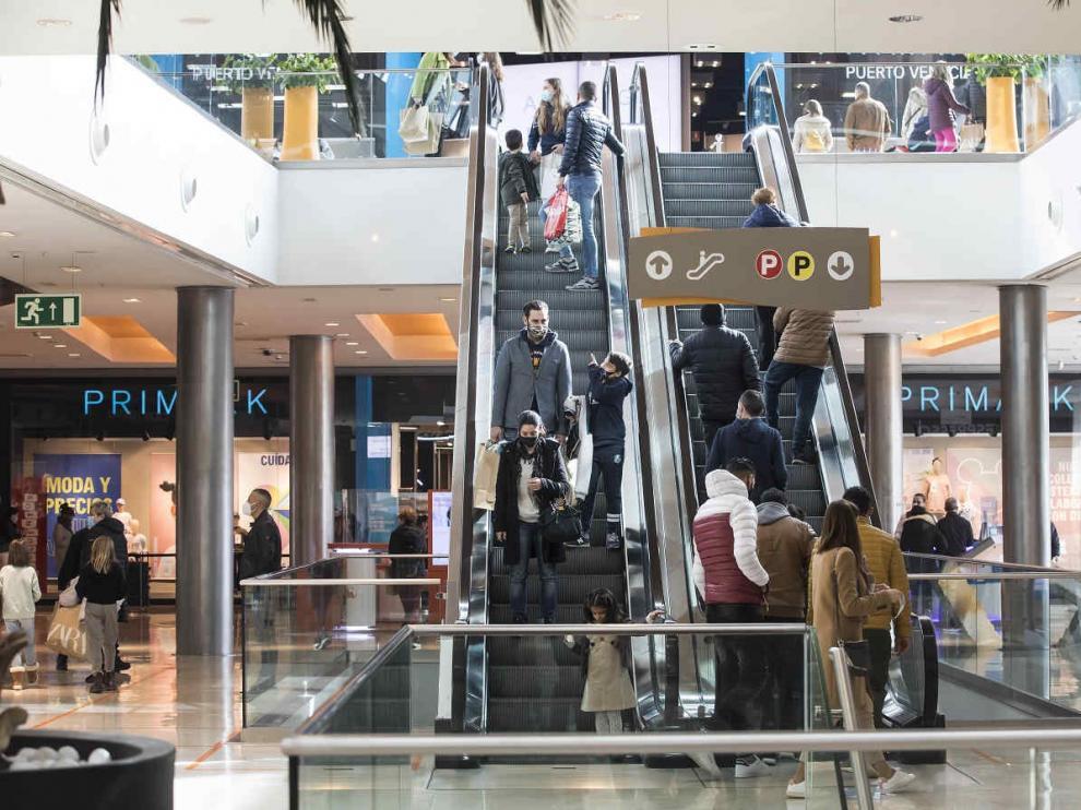 Ambiente en el centro comercial de Puerto Venecia de Zaragoza.