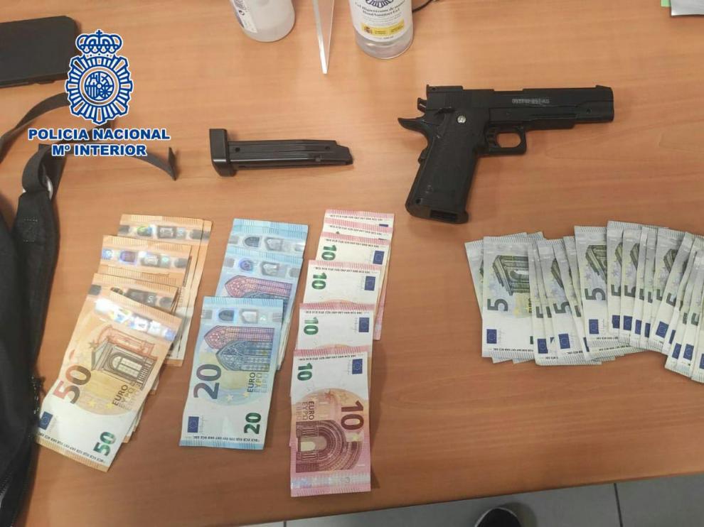 El dinero que robó el menor en el supermercado tras usar la pistola simulada