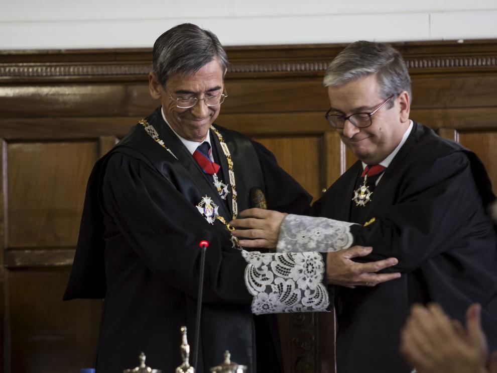 El fiscal jefe del TSJA, José María Rivera, que dejó el cxargo en febrero, y el fiscal jefe de Zaragoza, Felipe Zazurca, en su toma de posesión.
