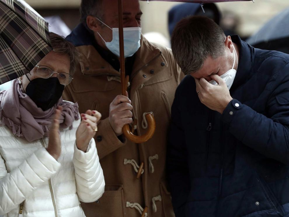 La mdre (i) y el hermano (d) de David Beriain, durante el minuto de silencio en su memoria en su localidad natal, Artajona.