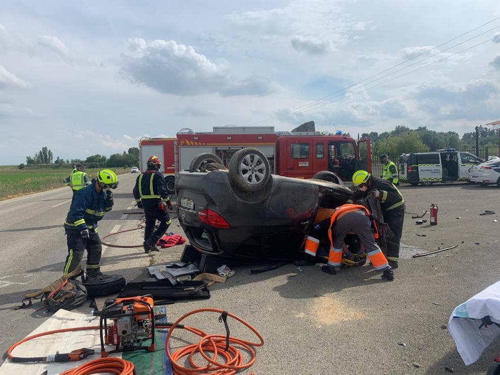 Los bomberos del parque de Fraga han tenido que excarcelar al conductor, que había quedado atrapado bajo el vehículo.