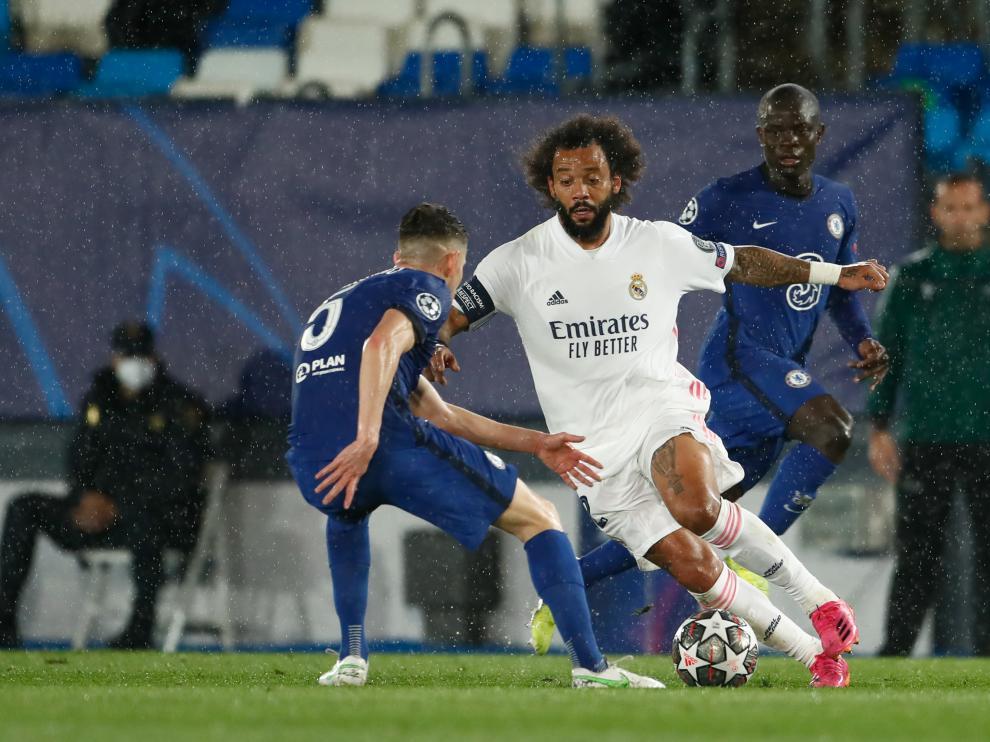 Marcelo conduce el balón en el partido de ida de semifinales de la Champions entre el Real Madrid y el Chelsea