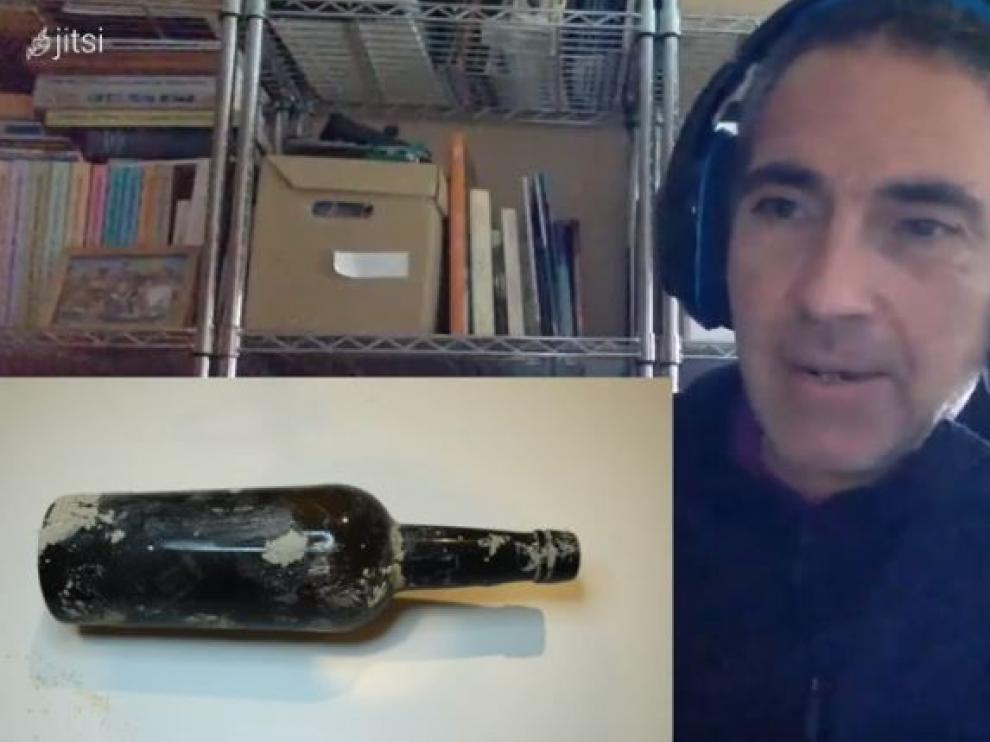 Raúl Leorza muestra la botella con el mensaje franquista que encontró en una excavación en Tauste.