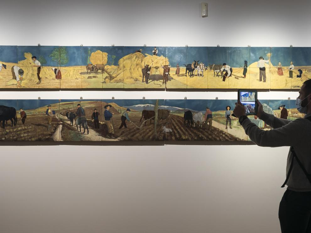 Dos de los murales cerámicos que se presentan en la exposición, 'Faenas de trilla' y 'Faenas de labranza'