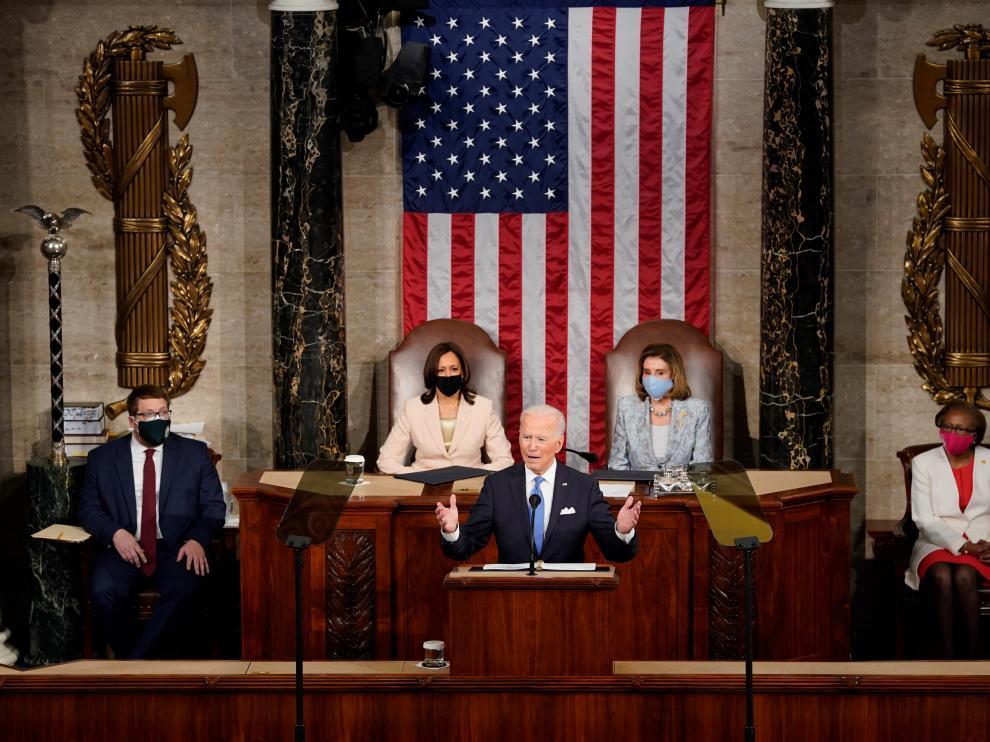 Biden, en su primer discurso ante el Congreso, flanqueado por Pelosi y Harris.