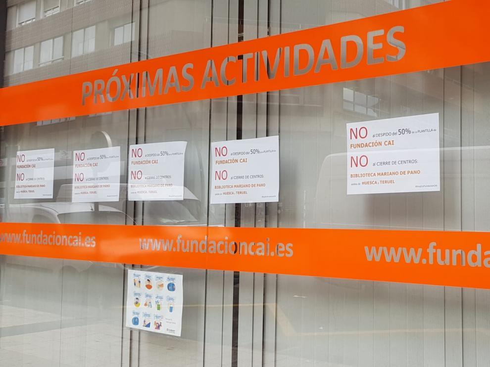 Trabajadores de la Fundación CAI han puesto cartelers contra los planes de recorte de empleo en la biblioteca Mariano de Pano.