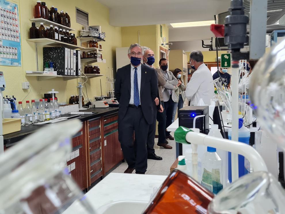El consejero Olona visita el Laboratorio Agroambiental por su 50 aniversario.