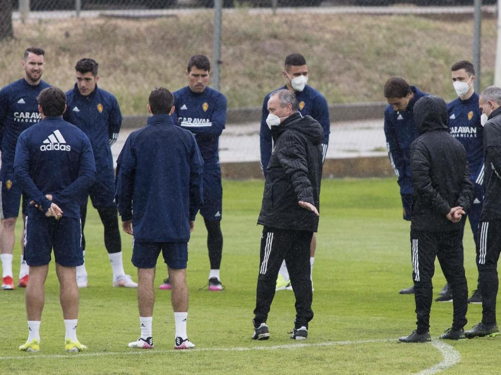 Juan Ignacio Martínez 'Jim' transmite a los jugadores diferentes consignas antes de un ensayo.
