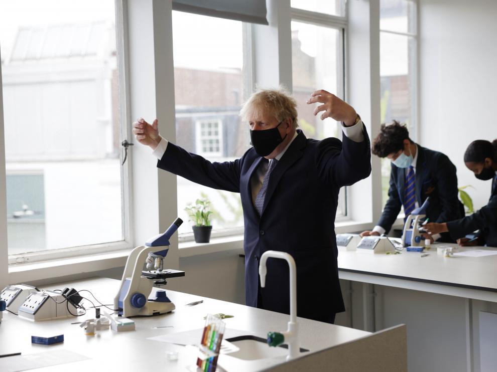 Johnson, durante una clase de ciencias en su visita a la King Solomon Academy, en Marylebone, Londres