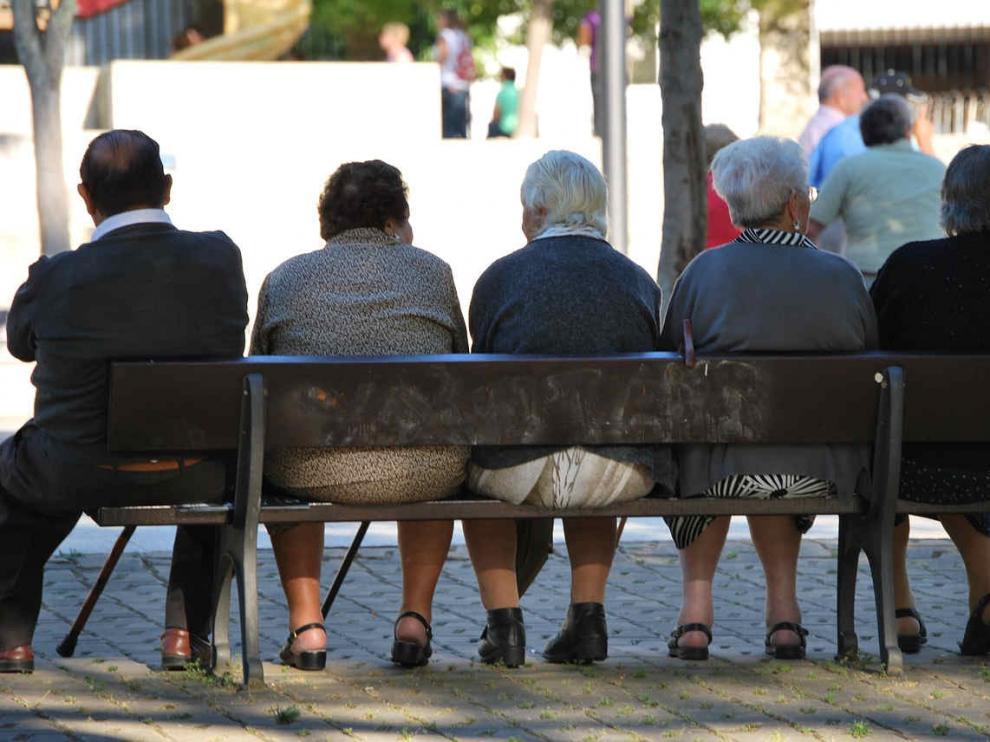 Pensionistas sentados en un banco