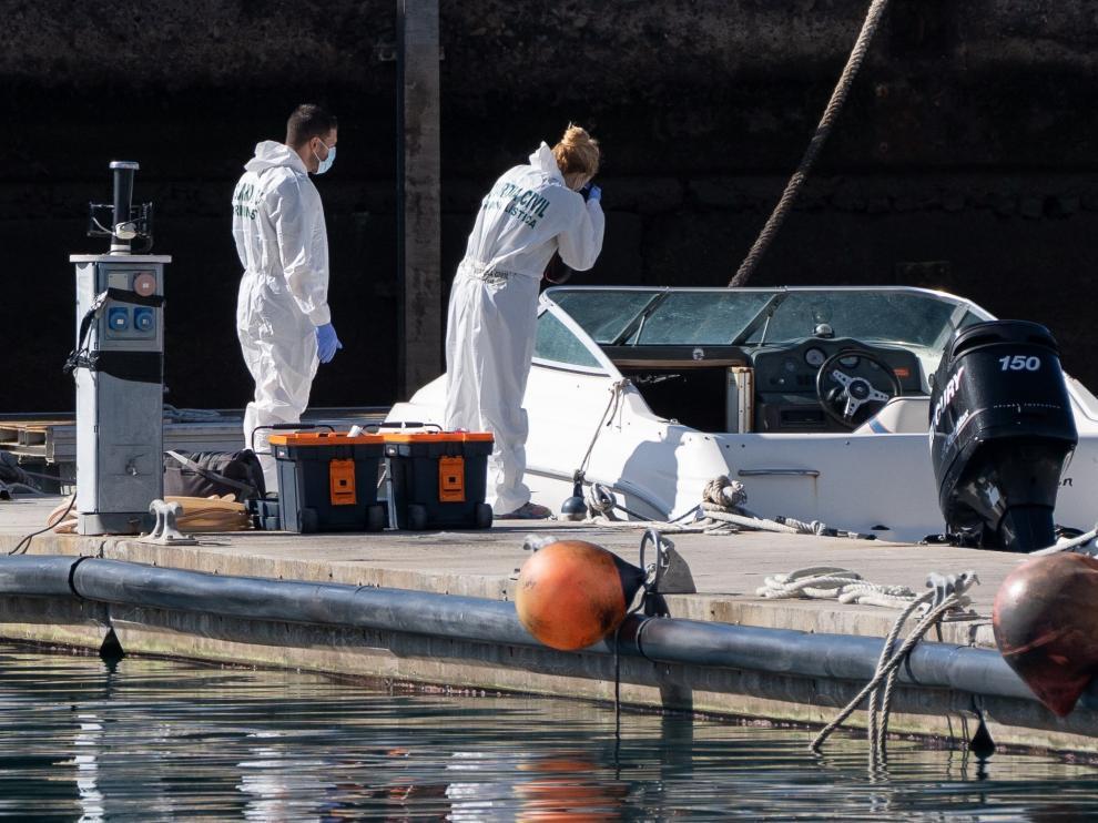 La Policía Científica analiza una embarcación propiedad del hombre desaparecido con sus dos hijas y que fue hallada vacía en alta mar