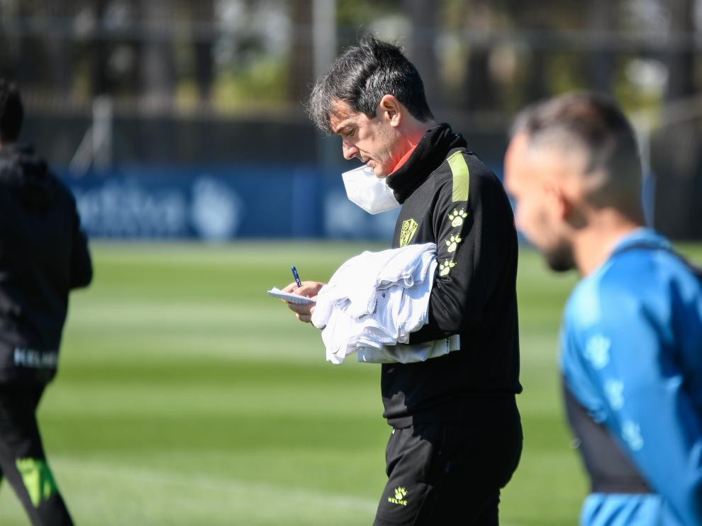 Pacheta, pensativo durante un entrenamiento de la SD Huesca.