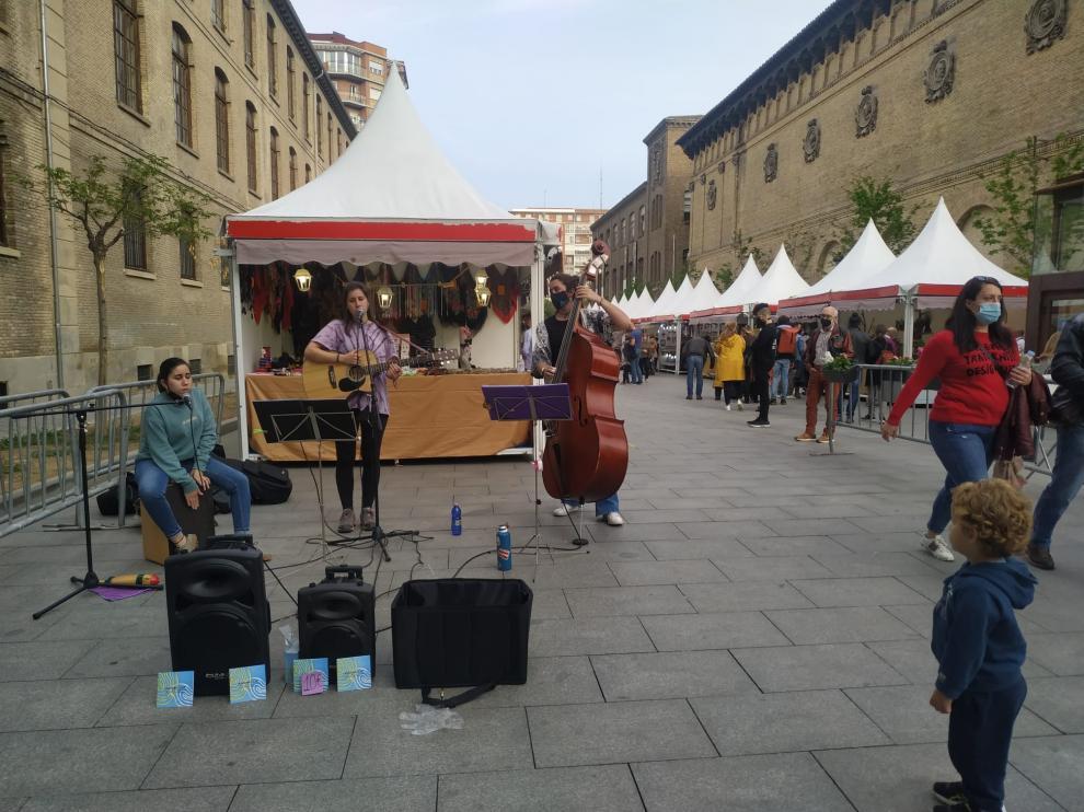 Un grupo de músicos locales ambienta la primera edición de la Feria de Primavera, que se celebra estos días en el entorno de la Plaza de los Sitios de Zaragoza.