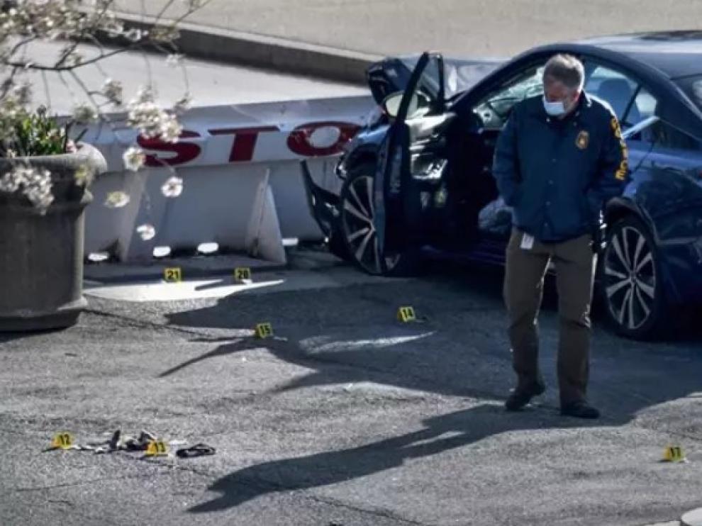 Un policía, en el lugar del tiroteo