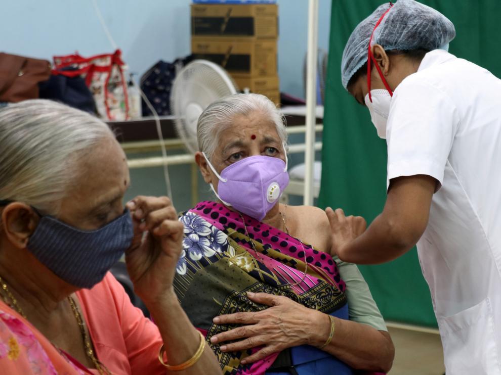 Una mujer siendo vacunada en La India.