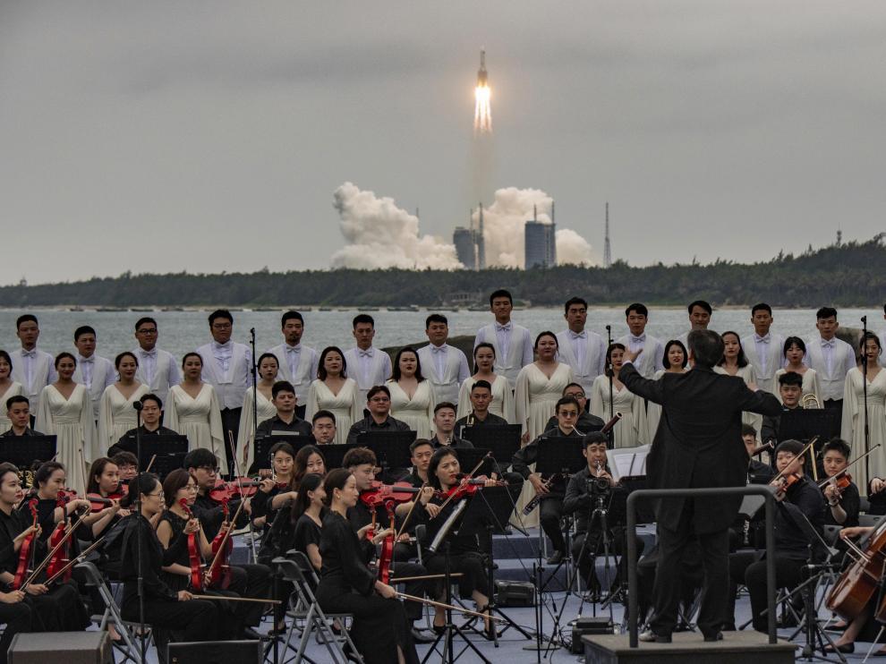 Una orquesta toca para celebrar el lanzamiento.