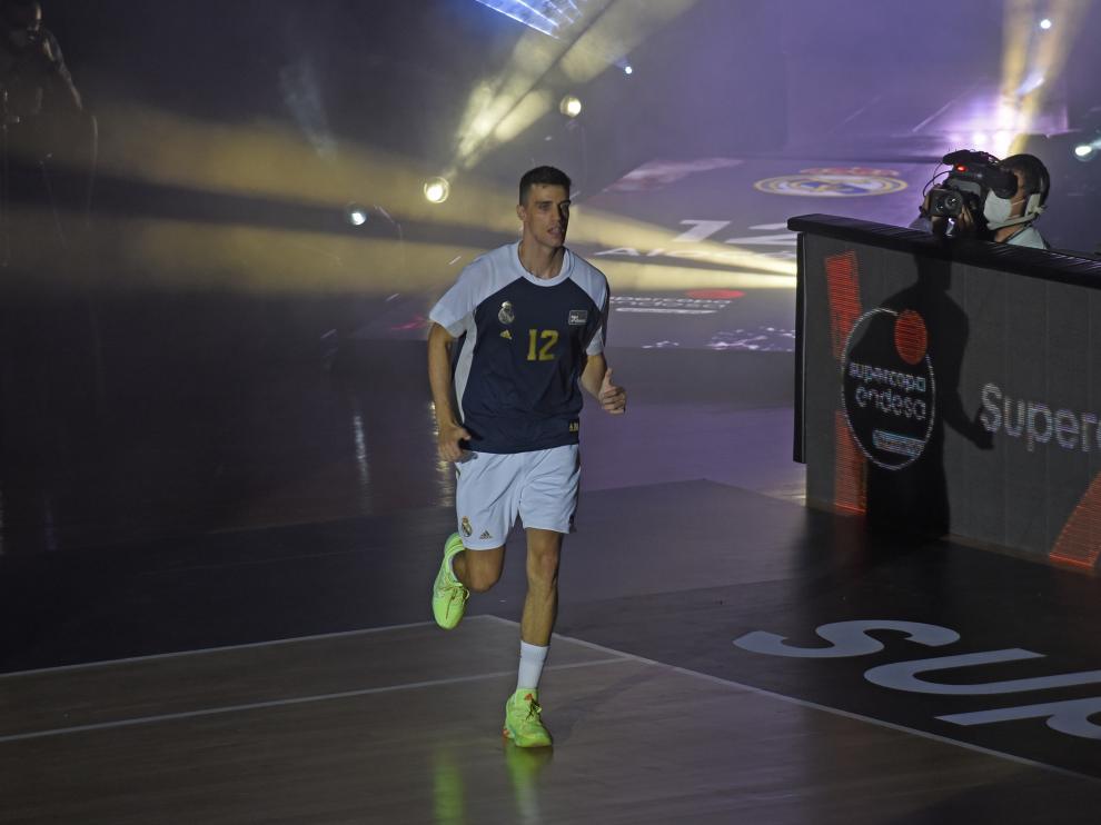 El zaragozano Carlos Alocén, base del Real Madrid, salta a la pista.