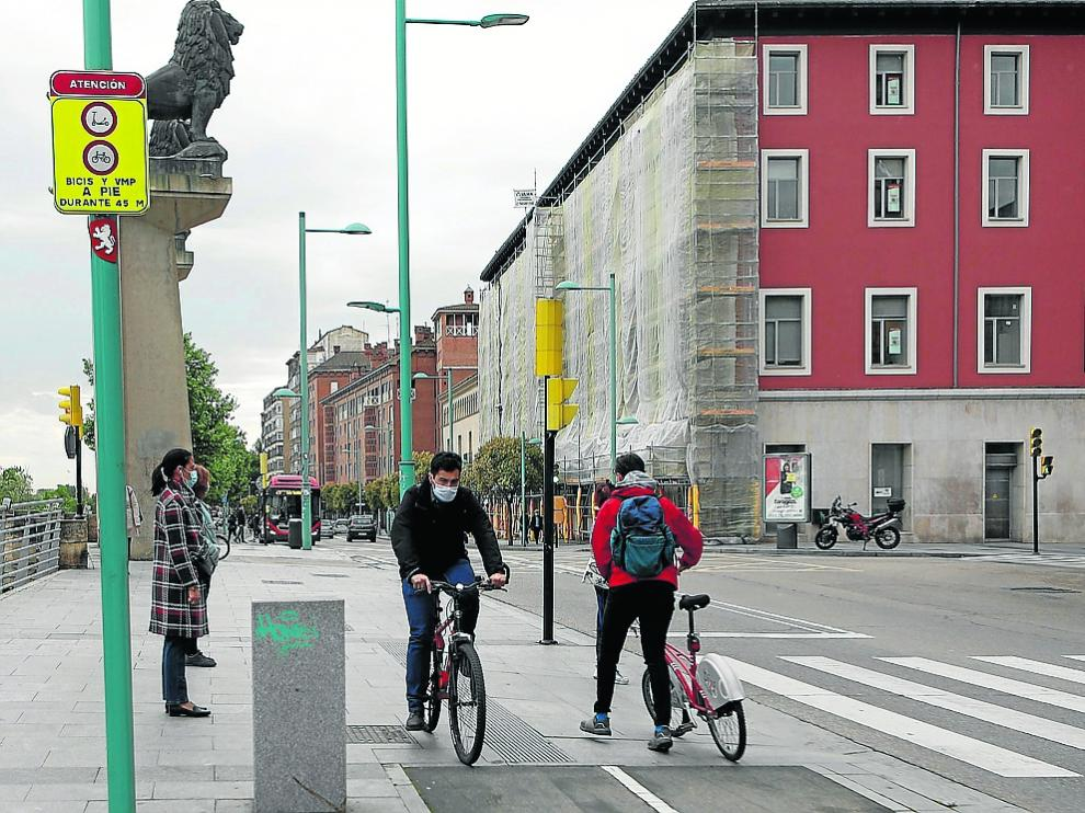 Cumplimiento dispar ante la señal que interrumpe el carril bici de Echegaray y Caballero.