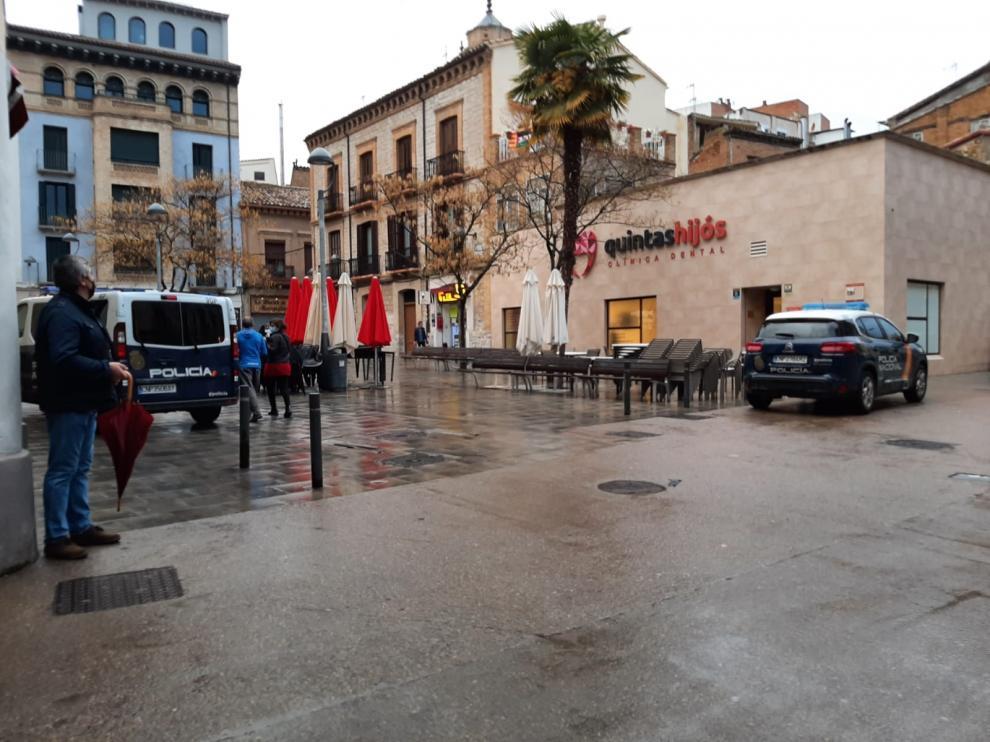Efectivos de la Policía Nacional, la Unidad Adscrita y la Policía Local de Huesca se desplegaron el jueves en la zona de ocio del Tubo.na del Tubo