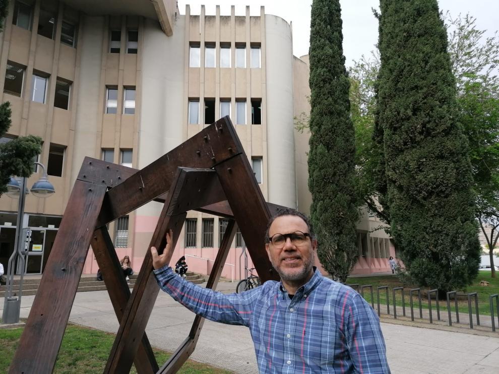 Estrada, junto a la simbólica escultura del 'nudo borromeo', a las puertas de la Facultad de Ciencias