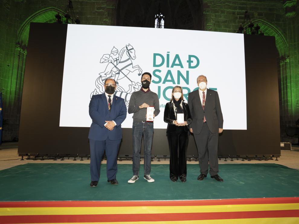 El presidente y vicepresidente de la DPT -en los extremos-, con la viuda de Santiago Lanzuela, Magdalena Gárate, y el hijo de Carbonell, Alejandro Carbonell -en el centro-.