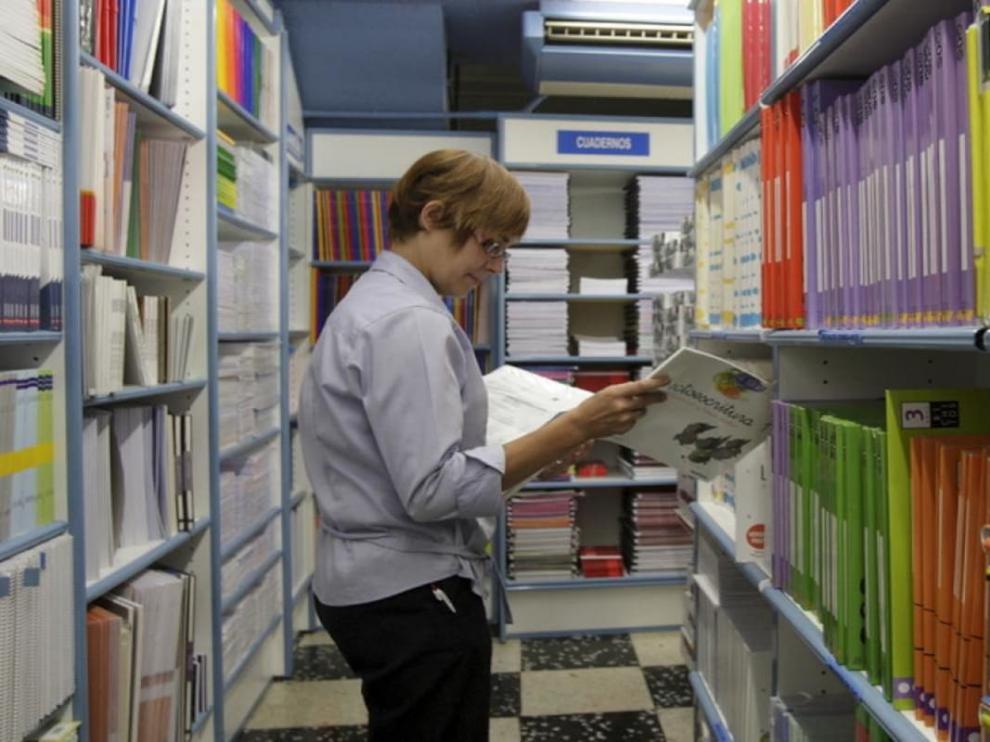 Libros escolares en al Librería General de Zaragoza.