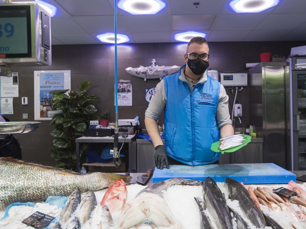 Pedro Huerta, en su puesto de venta de pescados en el Mercado Central de Zaragoza.