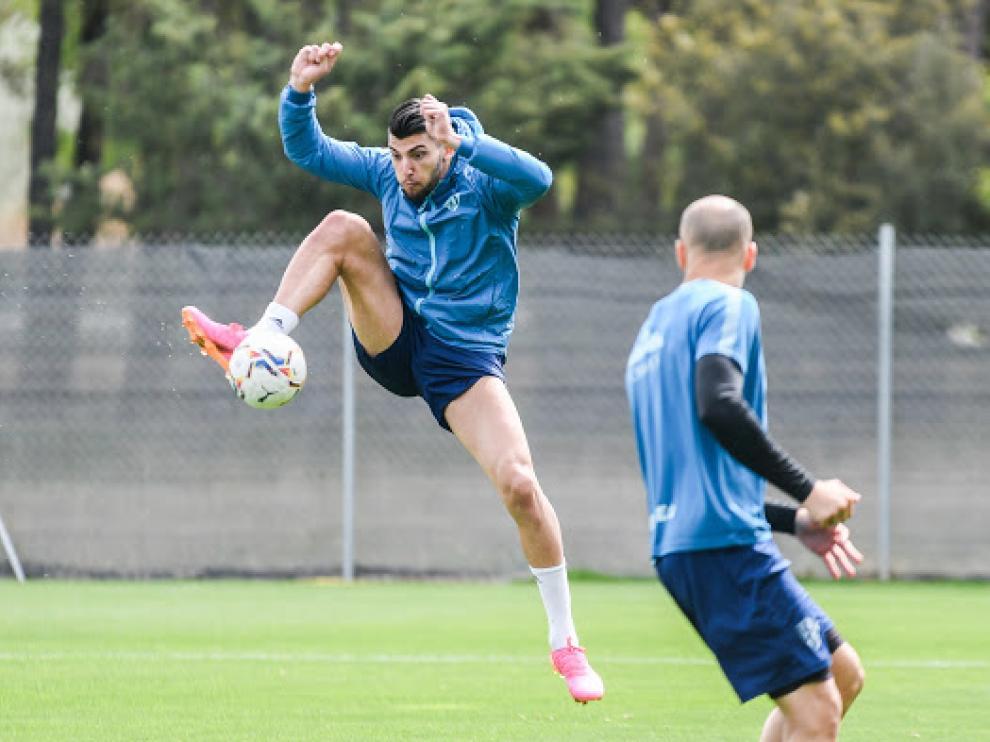 Rafa Mir controla la pelota durante el entrenamiento del viernes.