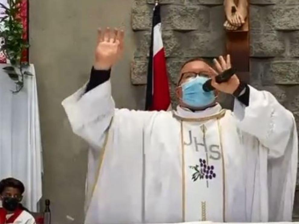 Sergio Valdeverde Espinoza cantando desde el altar