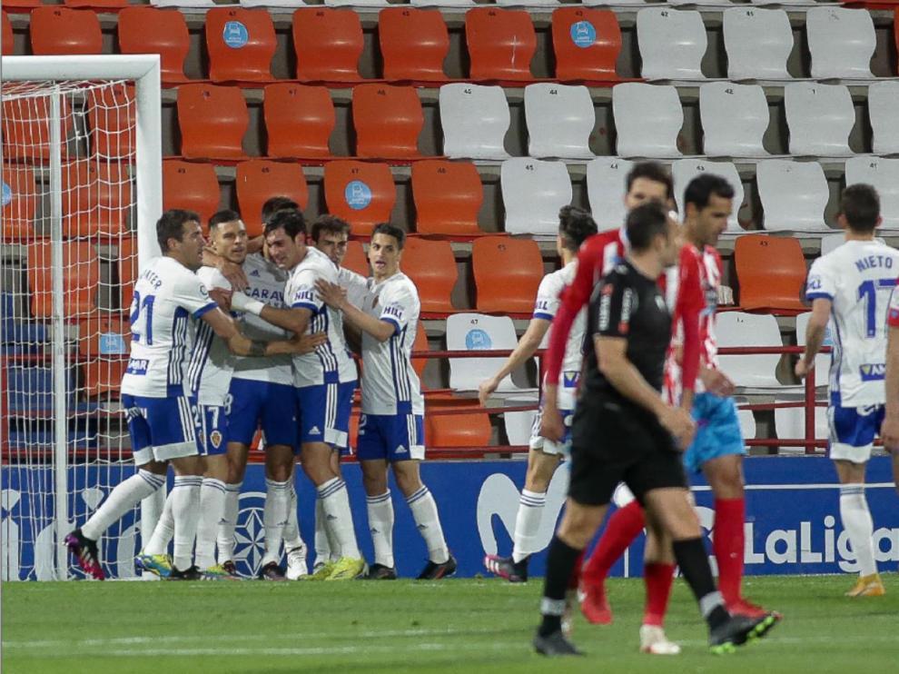 Los jugadores zaragocistas felicitan a Adrián González tras marcar el 1-1 de penalti.