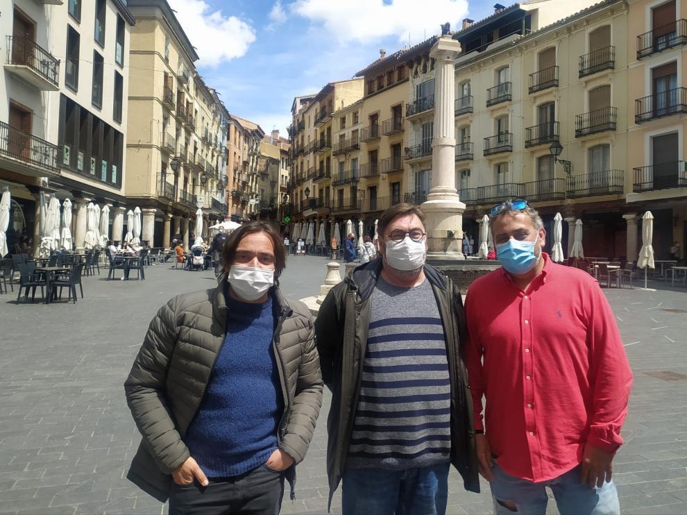 De izquierda a derecha, Nacho Escuin, Nacho Navarro y Pimpi Lopez, en la plaza del Torico.