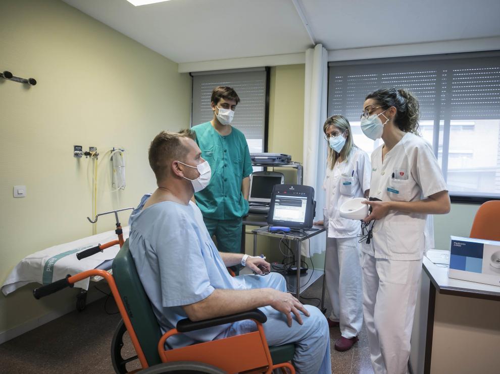 El doctor Ramos y las enfermeras Inés Julián y Laura Sorinas explican la técnica a un paciente.