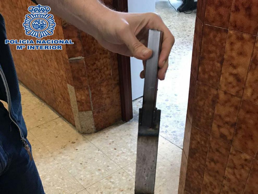 El machete estaba escondido en una de las calles cercanas a la detención.