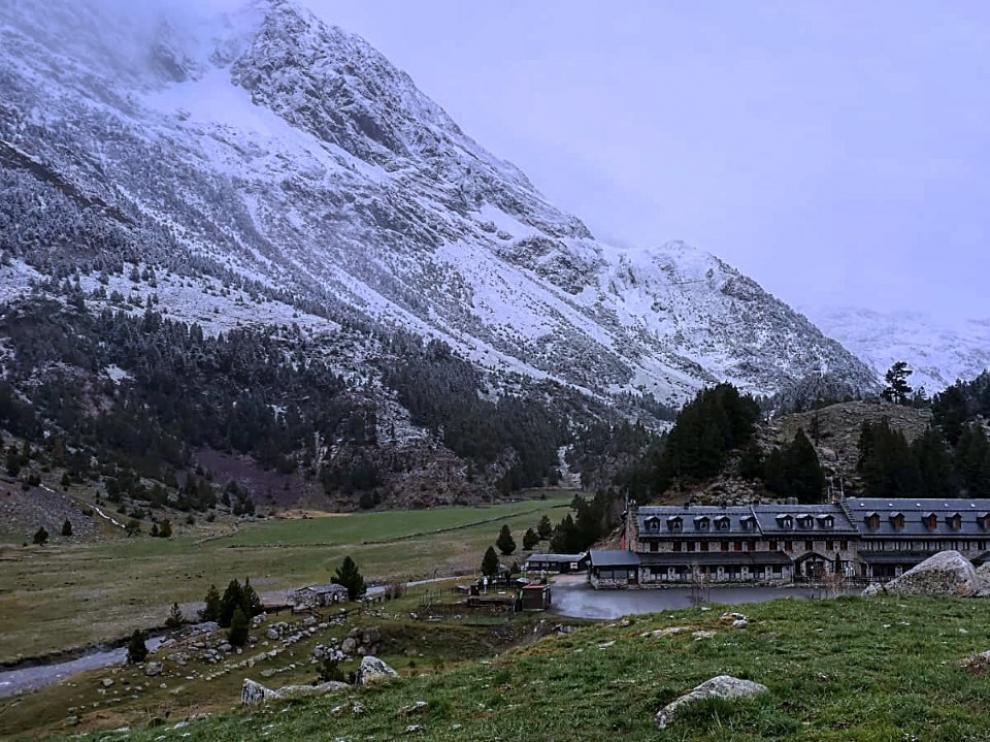 En Llanos del Hospital, en el valle de Benasque, han amanecido con las montañas nevadas por encima de los 1.900 metros.