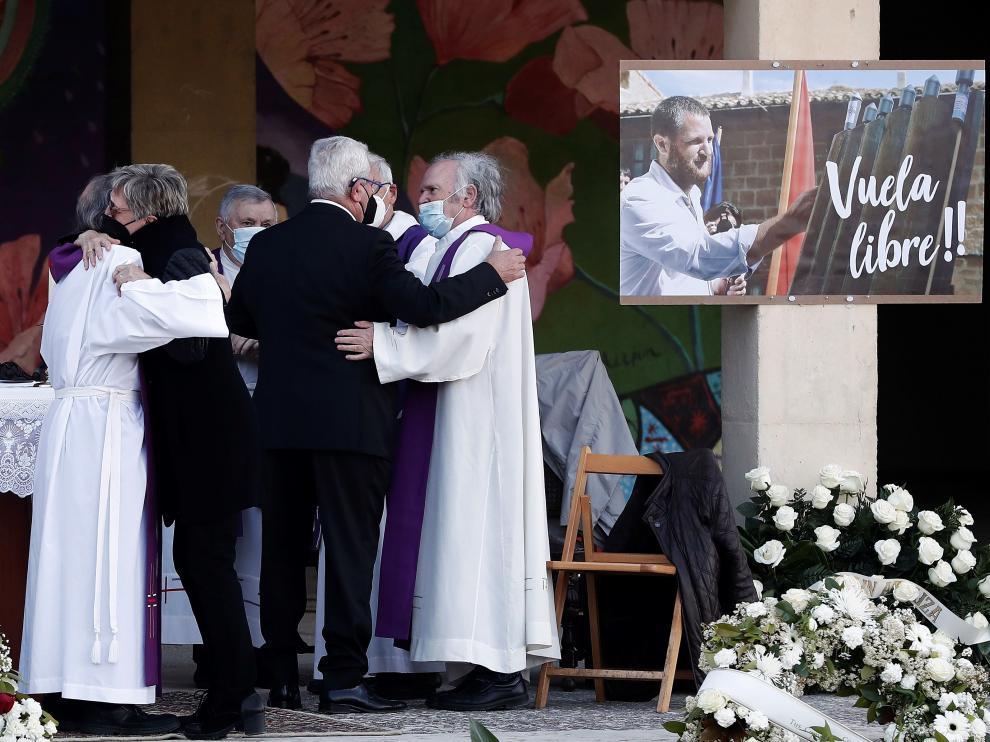 Los padres del periodista David Beriáin reciben el pésame de los sacerdotes que han oficiado este sábado el funeral en su memoria.