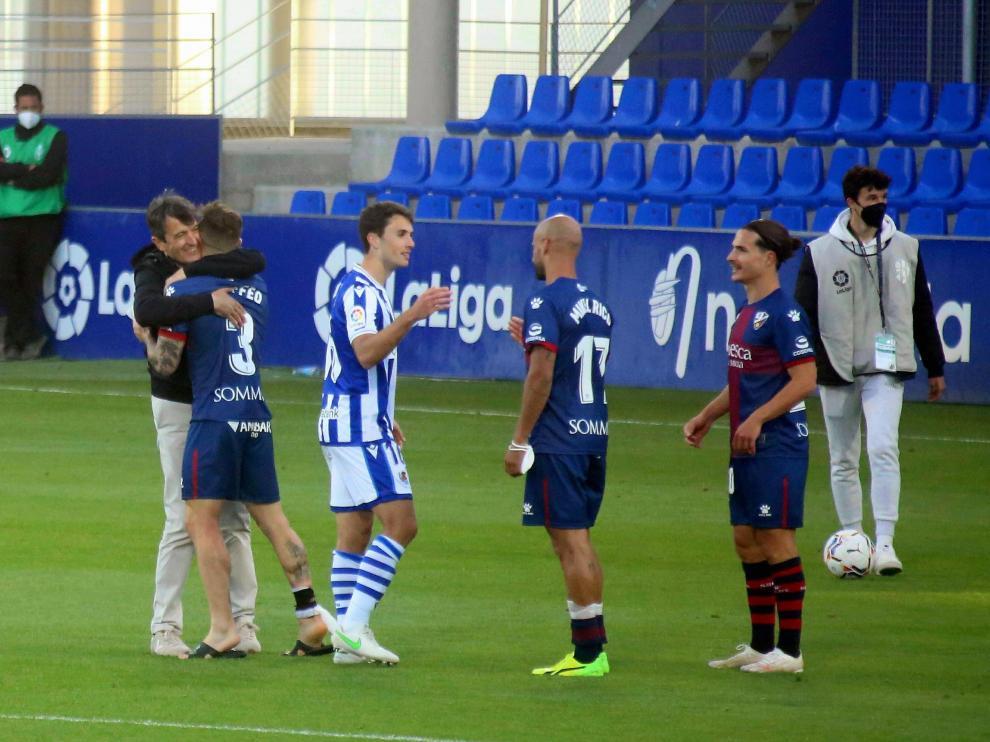 Pacheta se abraza con Maffeo al final del partido.