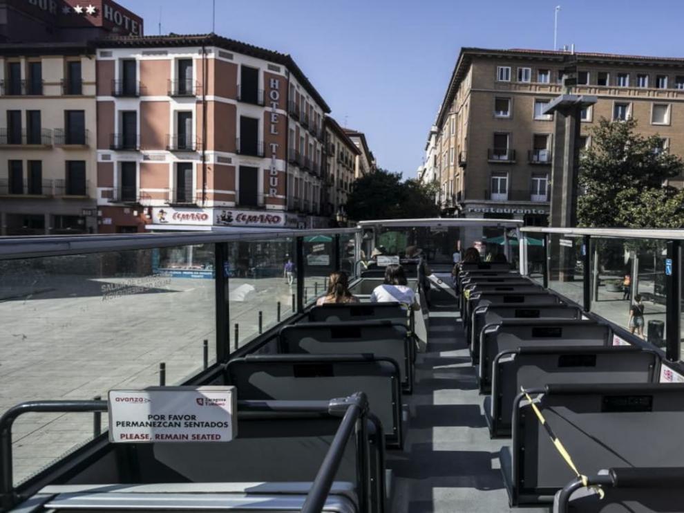 Un autobús de Zaragoza Turismo en la parada de la plaza del Pilar.