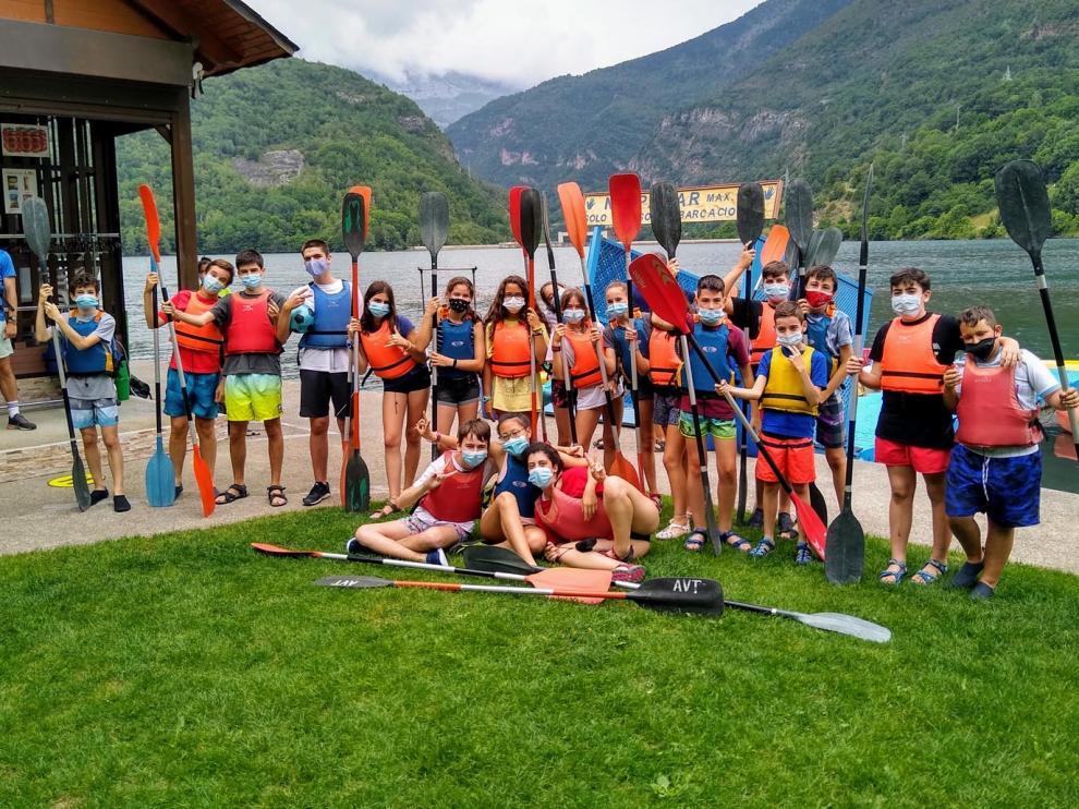 Un grupo de jóvenes disfrutando de un campamento el verano pasado en el valle de Benasque.