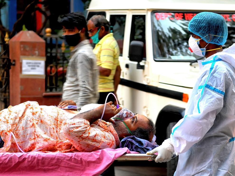 Un paciente con coronavirus es trasladado de un hospital de la ciudad de Calcuta.