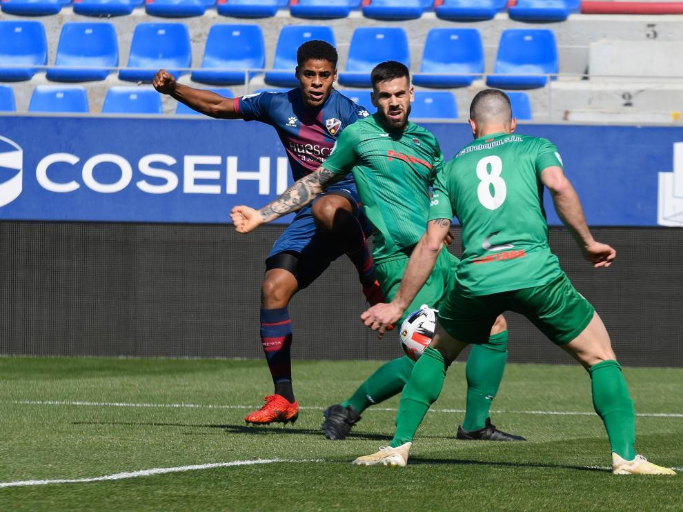 Carlos Kevin presiona a dos jugadores del Utebo.
