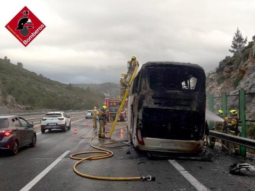 Los Bomberos sofocan el incendio de un autobús en el que viajaba un equipo juvenil de balonmano en Alicante.