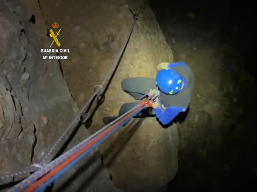 Momento del rescate de dos escaladores en Peña Rueba, en Murillo de Gállego, por parte de la Guardia Civil.