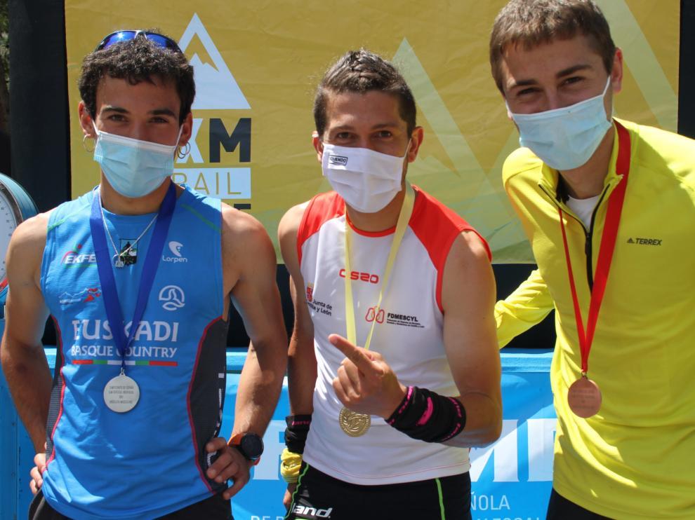 Podio absoluto masculino del Nacional de kilómetro vertical con Daniel Osanz con su medalla de bronce.